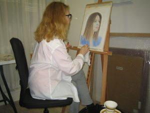 imagen de Mirelu pintando un retrato en Técnica Pastel. Exposiciones Mirelu.